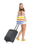 Gelukkige toeristenvrouw met wielzak die foto's nemen royalty-vrije stock foto