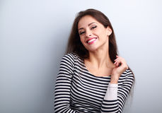 Gelukkige toevallige jonge vrouw met het wilde toothy het glimlachen kijken stock fotografie