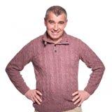 Gelukkige toevallige oude mens in het warme sweater glimlachen Stock Afbeelding