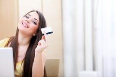 Gelukkige toevallige vrouw die online winkelt Royalty-vrije Stock Afbeelding