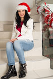 Gelukkige toevallige vrouw met Kerstmanhoed Stock Foto