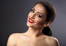 Gelukkige toothy glimlachende schoonheidsvrouw die met rode lippenstift op g kijken stock foto's