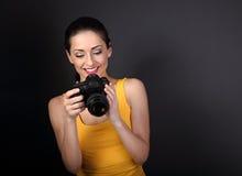 Gelukkige toothy het glimlachen jonge vrouwelijke foto in gele hoogste holdi royalty-vrije stock foto