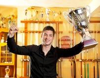 Gelukkige trotse winnaarmens met grote trofee zilveren kop Royalty-vrije Stock Fotografie