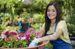 Gelukkige tuinman die van haar baan houden stock afbeelding