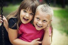 Gelukkige twee meisjes Stock Afbeeldingen