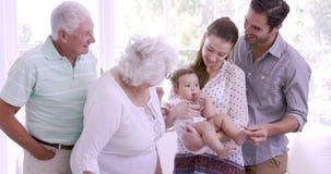 Gelukkige uitgebreide familie met baby stock videobeelden