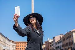 Gelukkige uitvoerende vrouw die selfie in piazza Navona Rome Italië maken Stock Afbeeldingen