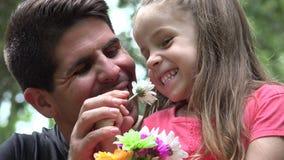 Gelukkige vader en dochter stock videobeelden