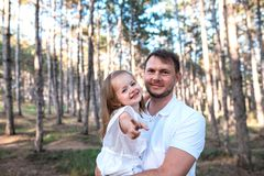 Gelukkige vader en dochter die pret hebben in openlucht royalty-vrije stock fotografie