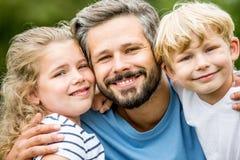 Gelukkige vader en jonge geitjes royalty-vrije stock foto's