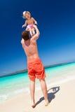 Gelukkige vader en weinig kind op strand Stock Foto's
