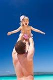 Gelukkige vader en weinig kind op strand Stock Afbeeldingen