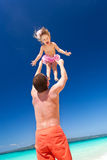 Gelukkige vader en weinig kind op strand Stock Fotografie