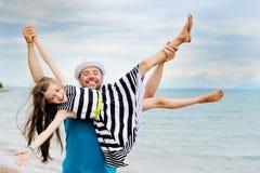 Gelukkige vader en zijn dochter bij strand royalty-vrije stock afbeeldingen