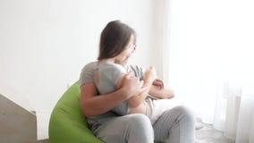 Gelukkige vader en zijn kleine dochter die, close-up thuis spelen stock videobeelden