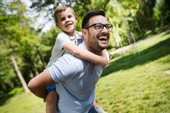 Gelukkige vader en zijn zoon het besteden tijd samen en het spelen, openlucht glimlachen royalty-vrije stock foto