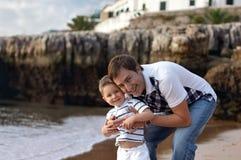 Gelukkige vader en zoon stock afbeeldingen