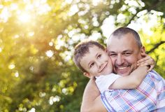 Gelukkige vader en zoon stock foto