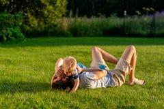 Gelukkige vader en zoon die pret openlucht op weide hebben Stock Foto