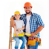 Gelukkige vader en zoon klaar om een huis te herstellen Royalty-vrije Stock Fotografie