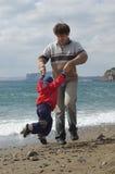 Gelukkige vader en zoon op het strand Royalty-vrije Stock Afbeelding