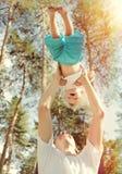 Gelukkige Vader en Zoon openlucht Stock Fotografie
