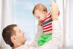 Gelukkige vader met aanbiddelijke baby Stock Afbeeldingen