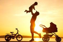 Gelukkige vader met kind op zonsondergang royalty-vrije stock afbeeldingen