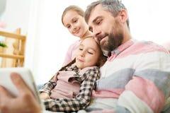 Gelukkige Vader met Twee Dochters Stock Afbeelding