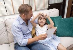 Gelukkige Vader` s dag Leuk meisje die hart met handen maken voor stock afbeeldingen