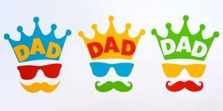 Gelukkige Vader` s dag Prentbriefkaar voor papa Kroon, glazen en snor op witte achtergrond Stock Foto