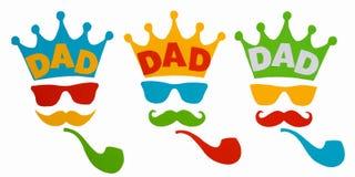 Gelukkige Vader` s dag Prentbriefkaar voor papa Kroon, glazen, snor en rokende pijp op witte achtergrond stock fotografie