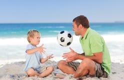 Gelukkige vader speelvoetbal met zijn zoon Royalty-vrije Stock Fotografie