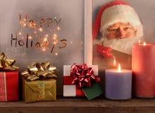 Gelukkige Vakantie en Santa In Window Stock Afbeeldingen