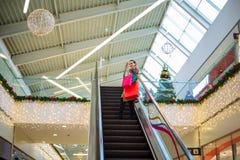 Gelukkige vakantie winkelende vrouw in het winkelen royalty-vrije stock afbeeldingen