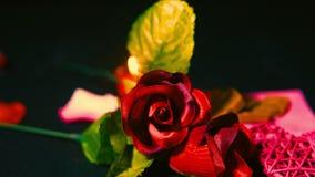 Gelukkige valentijnskaartdag met roze, chocolade en kaars het branden lengte stock footage