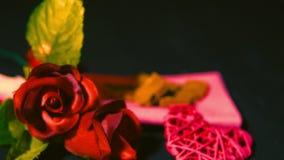 Gelukkige valentijnskaartdag met roze, chocolade en kaars het branden lengte stock video