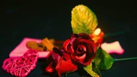 Gelukkige valentijnskaartdag met roze, chocolade en kaars het branden lengte stock videobeelden
