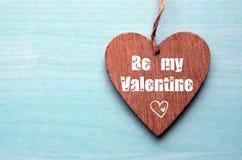 Gelukkige valentijnskaartendag Twee decoratieve houten harten op een blauwe houten achtergrond Stock Afbeelding