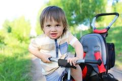 Gelukkige 20 van de babymaanden jongen op driewieler Stock Afbeeldingen