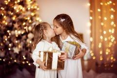 Gelukkige van de de vriendenkleding van de meisjeszuster het witgoudachtergrond met CH Stock Foto