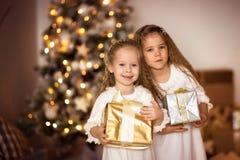 Gelukkige van de de vriendenkleding van de meisjeszuster het witgoudachtergrond met CH Royalty-vrije Stock Fotografie