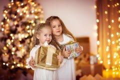 Gelukkige van de de vriendenkleding van de meisjeszuster het witgoudachtergrond met CH Royalty-vrije Stock Afbeelding