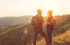 Gelukkige van de paarman en vrouw toerist boven berg bij zonsondergang stock fotografie