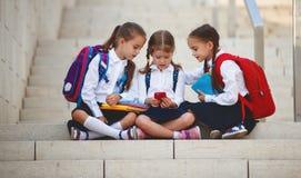 Gelukkige van de de schoolmeisjesstudent van kinderenmeisjes elementaire schoo Royalty-vrije Stock Afbeeldingen