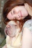 gelukkige van de tienermeisje en hond liefde Royalty-vrije Stock Afbeeldingen