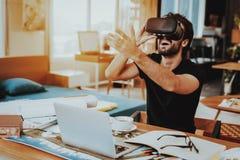 Gelukkige ver en Freelancer die VR werken testen royalty-vrije stock afbeelding