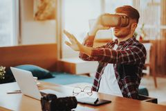 Gelukkige ver en Freelancer die VR werken testen stock foto