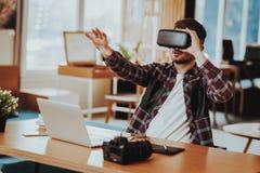 Gelukkige ver en Freelancer die VR werken testen stock fotografie